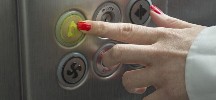 Zasady postępowania w przypadku zatrzymania windy
